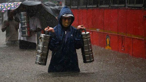 मुंबई में तीन दिन से हो रही बारिश के बाद जगह-जगह पानी भर गया है।