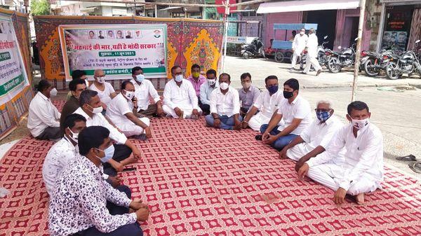 बाड़मेर सुभाष चौक पेट्रोल पंप पर सांकेतिक धरने पर बैठे कांग्रेस कार्यकर्ता