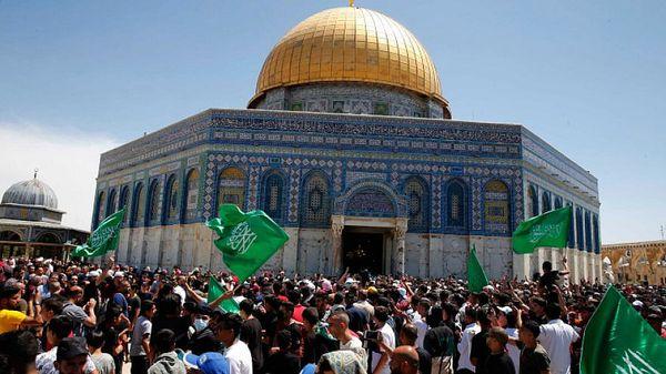 अल अक्सा मस्जिद के इर्द-गिर्द हमास के झंडे के साथ प्रदर्शन करते फिलिस्तीनी मुसलमान। अरब मुसलमानों की बड़ी आबादी इजराइली फ्लैग मार्च का विरोध करती है और इसे इजराइल की उकसावे की कार्रवाई मानती है।