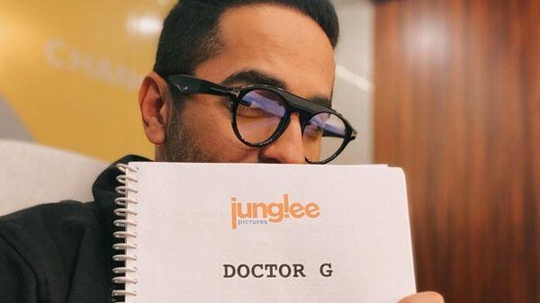'डॉक्टर जी' की स्क्रिप्ट के साथ आयुष्मान खुराना।