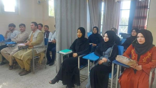 कुछ दिनों पहले एक कॉलेज क्लास की तस्वीर जारी हुई थी। इसमें युवतियों और युवकों के बीच पर्दा डाल दिया गया। तालिबान ने ये व्यवस्था अस्थाई तौर पर की थी। उनका फरमान है कि महिला-पुरूष साथ पढ़ाई नहीं कर सकते हैं।