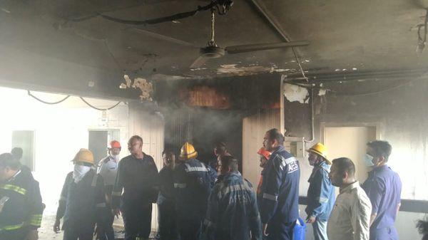 બિલ્ડીંગમાં આગ ઓલવી રહેલા ફાયર વિભાગના કર્મચારીઓ