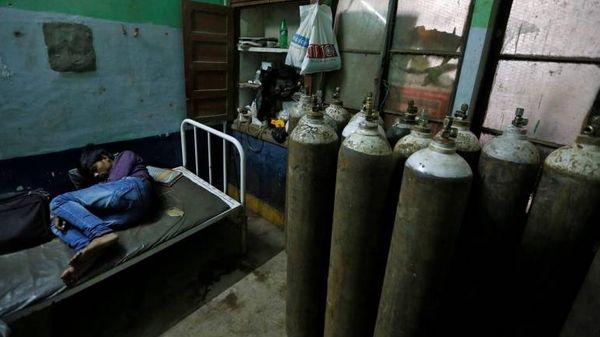 कई स्टील, पेट्रोलियम और उर्वरक कंपनियां अपने व्यवसाय में इस्तेमाल होने वाले ऑक्सीजन सिलेंडरों की आपूर्ति अस्पतालों में भी कर रही हैं।