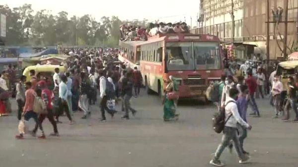 दिल्ली में, श्रमिक बिना किसी देरी के घर के लिए रवाना हो रहे हैं।