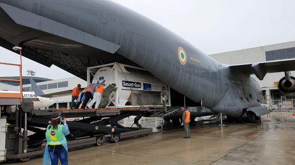 वायुसेना के सी -17 विमान में सिंगापुर के चांगी हवाई अड्डे से ऑक्सीजन सांद्रकों को भारत भेजा गया।