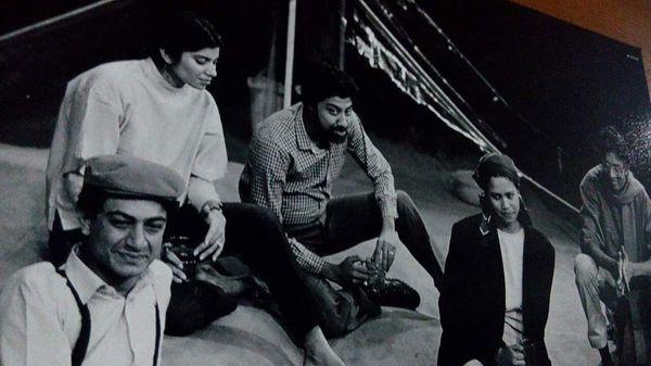 यह तस्वीर 1984 की है।  इरफान खान तब नेशनल स्कूल ऑफ ड्रामा में पढ़ रहे थे।  दाएं से, इरफान खान, सुतपा से नीचे, दाढ़ी वाले भाई आलोक चटर्जी, अभिनेत्री मीता वशिष्ठ और बाएं, इदरीस अनवर मलिक।