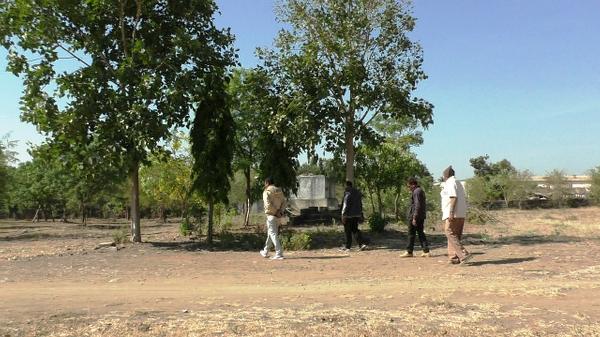 સમાજ ભવનમાં ઉછારેલ વૃક્ષોની દેખરેખ કરતા દામજીબાપા