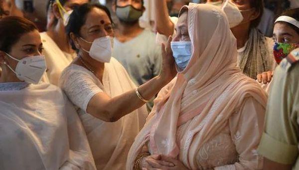 दिलीप कुमार के निधन पर सायरा बानो को सांत्वना देती महिलाएं।