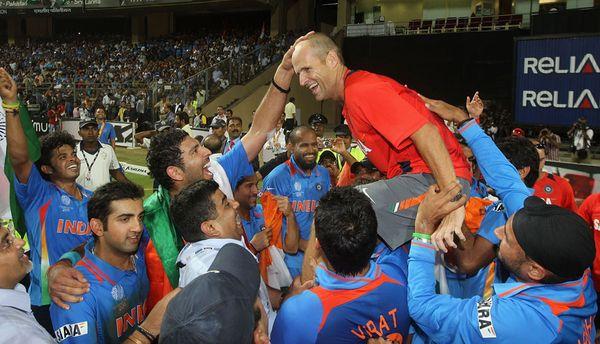 वर्ल्ड कप जीतने के बाद कोच कर्स्टन के साथ जश्न मनाते भारतीय खिलाड़ी।