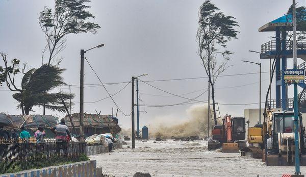 दीघा में तूफान के लैंडफॉल होने पर समुंदर में ऊंची लहरें उठीं।