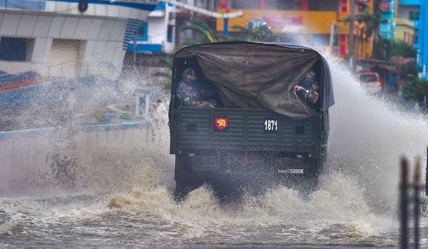 बंगाल के पूर्वी मेदिनीपुर जिले को हाई रिस्क एरिया में रखा गया था। दीघा में तेज हवाएं चलने के साथ ही बारिश शुरू हो गई और समुद्र का पानी सड़कों पर आ गया। ऐसे समय आर्मी के जवान लगातार पेट्रोलिंग करते रहे।