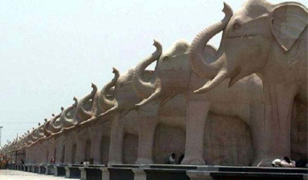स्मारक में लगाई गईं करोड़ों रुपये के हाथियों की प्रतिमाएं।