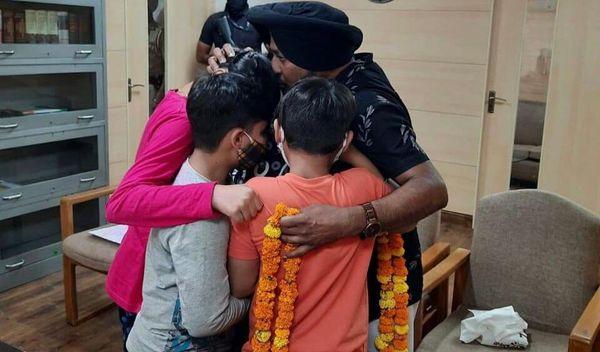 बच्चे पिता लैहंबर हुसैनपुरी के गले लगे हुए