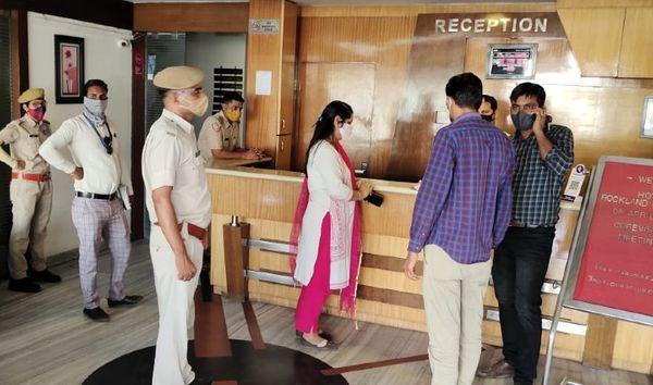 जयपुर के श्रीगोपाल नगर स्थित होटल को सील करने की कार्यवाही करती नगर निगम की टीम।