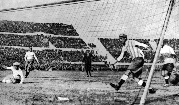 फीफा की ओर से आयोजित पहले विश्वकप फाइनल में अर्जेंटीना के खिलाफ पहला गोल करते उरुग्वे के खिलाड़ी। यह टूर्नामेंट उरुग्वे में खेला गया था।