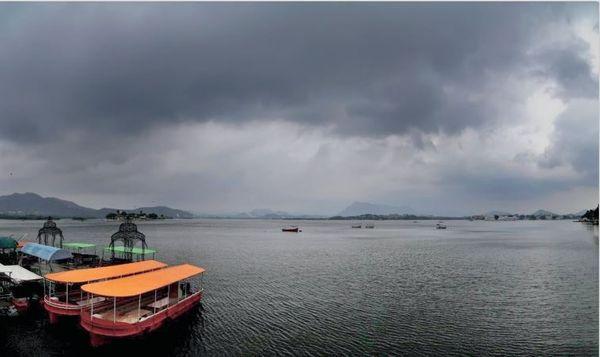 फोटो राजसथान के उदयपुर की है। यहां तेज हवाएं चलने के साथ बूंदाबंदी होने की आशंका है।