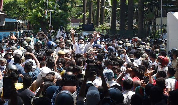 नारदा केस में CBI ने 17 मई को तृणमूल के 3 बड़े नेताओं समेत 4 आरोपियों को गिरफ्तार किया था। इसके बाद पार्टी समर्थकों ने CBI ऑफिस के बाहर प्रदर्शन शुरू कर दिया था।