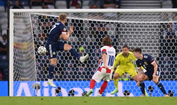 क्रोएशिया के क्रोएशिया के कप्तान लुका मोद्रिच गोल करते हुए।