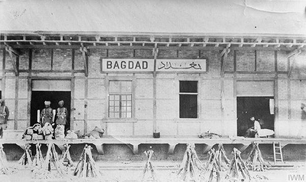 मार्च 1917 में बगदाद पर कब्ज़ा करने के बाद रेलवे स्टेशन की निगरानी कर रहे भारतीय सैनिक (फाइल फोटो)