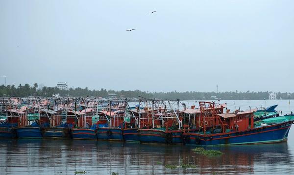 गुजरात के कच्छ में तूफान से तबाही की आशंका को देखते हुए प्रशासन अलर्ट पर है। तटीय इलाकों के मछुआरों को सुरक्षित जगह भेजा गया है।