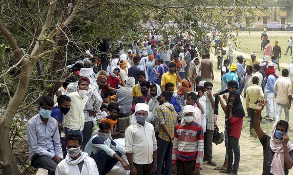 उत्तर प्रदेश के बनारस में काउंटिंग सेंटर के बाहर लगी पार्टी कार्यकर्ताओं की भीड़।