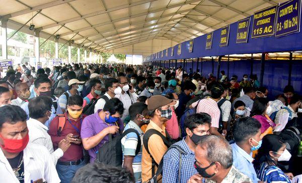 देश में रोजाना कोरोना के लाखों केस आ रहे हैं। इसके बाद भी चुनाव कर्मचारियों को इस तरह भीड़ लगाकर चुनावी सामग्री बांटी गई।