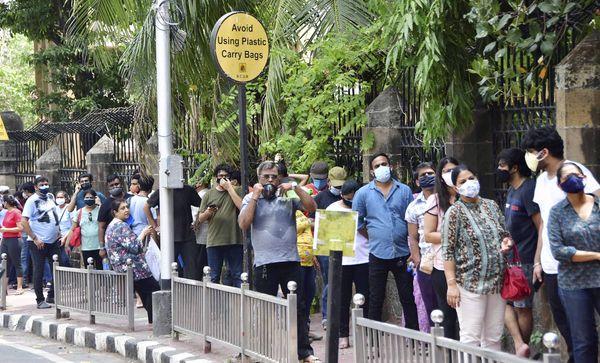 फोटो मुंबई की है। यहां एक वैक्सीनेशन सेंटर के बाहर टीका लगवाने आए लोग लाइन लगाकर खड़े हैं।