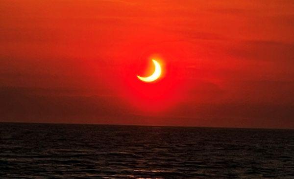 न्यू जर्सी में समुद्र के ऊपर सूर्यग्रहण की दूसरी शानदार तस्वीर।