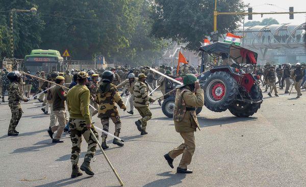 ITO के पास पुलिस को खदेड़ने के लिए प्रदर्शनकारी भीड़ में ही ट्रैक्टर दौड़ाने लगा।