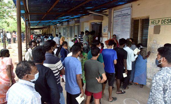 फोटो तेलंगाना की राजधानी हैदराबाद के एक सरकारी हॉस्पिटल की है। यहां लोग अपना कोरोना टेस्ट कराने पहुंचे थे। इस दौरान सोशल डिस्टेंसिंग का किसी को ख्याल नहीं रहा।