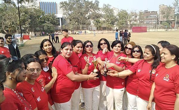 विनिंग कप के साथ वैलेंटाइन मैच जीतने वाली शिवानी रणधीर रॉय की टीम।