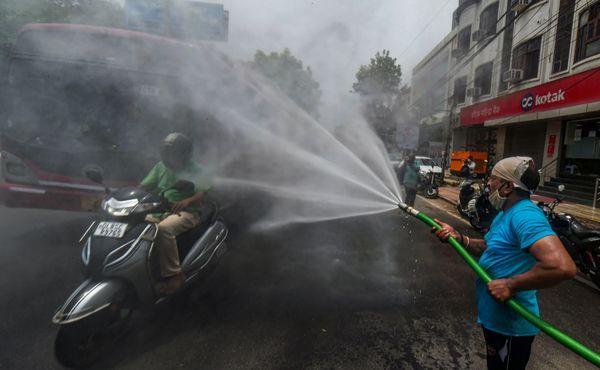 મંગળવારે દિલ્હીના કરોલબાગમાં રસ્તાઓ સેનિટાઈઝ કરવામાં આવ્યા હતા