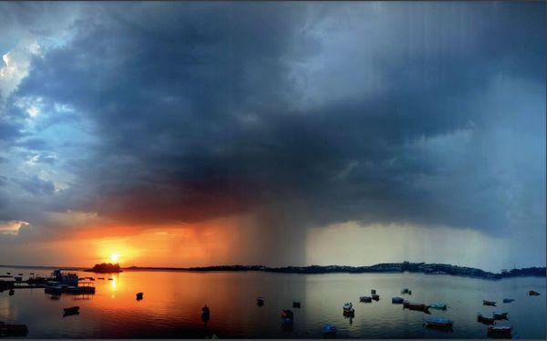 सोमवार शाम भोपल में काले बादल छा गए और शाम को तेज हवाओं के साथ बारिश हुई।