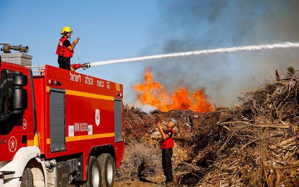मंगलवार को विस्फोटक गुब्बारे से दक्षिणी इजराइल में लगी आग बुझाते इजराइल के अग्निशमन कर्मचारी।