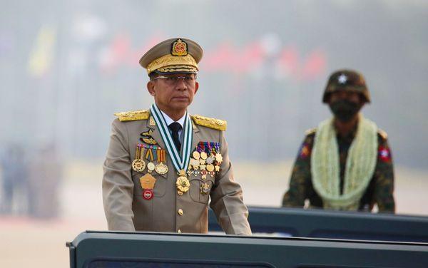म्यांमार में शनिवार को निकाली गई आर्मी परेड की सलामी लेते सेना के सुप्रीम लीडर जनरल मिन आंग ह्लाइंग।