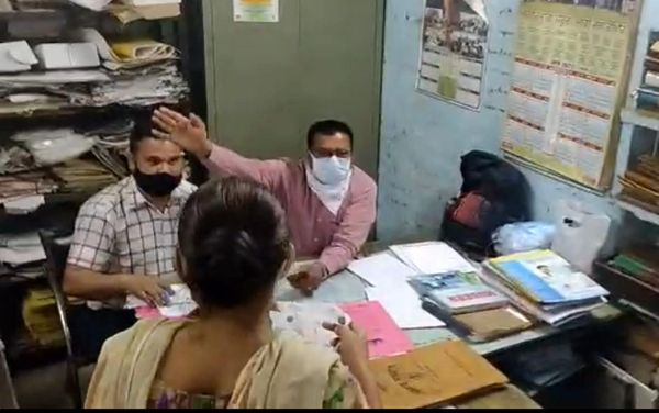 नहीं टूटी अकड़ : सवाल पूछा गया तो मीडिया के सामने ही कर्मचारी तेवर दिखाते रहे