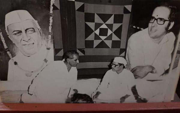 80 के दशक में कांग्रेस की एक बैठक में वरिष्ठ कांग्रेस नेता रामनारायण चौधरी और जगन्नाथ पहाड़िया।