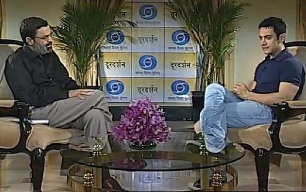 दूरदर्शन के एक कार्यक्रम में आमिर खान से बात करते हुए।