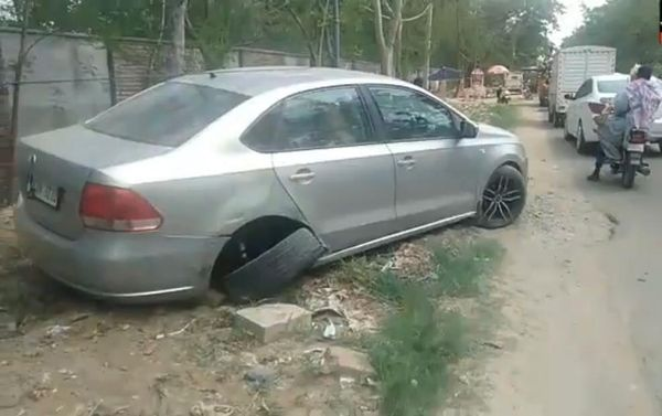 ओवरस्पीड कार की टक्कर से दूसरी कार का निकला टायर।