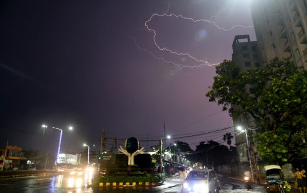 कोलकाता के की जिलों में बारिश के साथ बिजली भी गिरी।