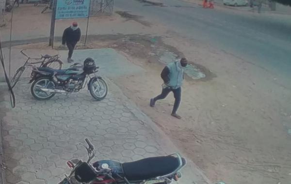 इन दो युवकों पर ही लूट करने का शक है, जो बैंक की पास की गली से पैदल ही मुंह ढककर पहुंचे थे।