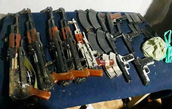 कुपवाड़ा के करनाह इलाके से 5 AK-47 राइफल, 6 AK-47 मैगजीन, 7 पिस्टल और 9 पिस्टल मैगजीन बरामद की गई।