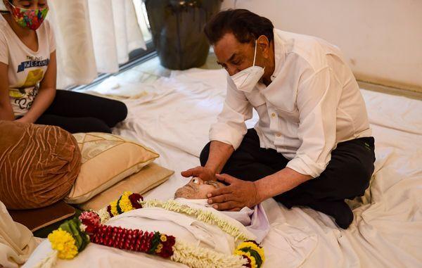 दिलीप कुमार की लाश देखकर धर्मेंद्र काफी इमोशनल हो गए