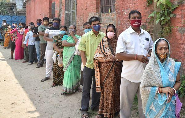 पश्चिम बंगाल की राजधानी कोलकाता के मतदान केंद्र पर लगी वोटर्स की लाइन।