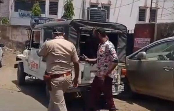 उदयपुर में बेवजह घूम रहे युवक को पकड़ती पुलिस टीम।