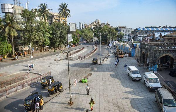 यह तस्वीर मुंबई के बांद्रा रेलवे स्टेशन की है। आम दिनों में यहां भारी भीड़ देखने को मिलती है लेकिन ईद के मौके पर भी यहां सन्नाटा पसरा नजर आया।