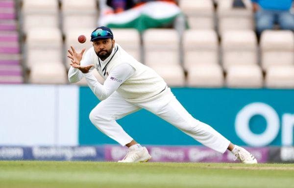 ईशांत ने हेनरी निकोल्स को रोहित के हाथों कैच करा कर न्यूजीलैंड टीम को 5वें दिन का दूसरा झटका दिया। निकोल्स 7 रन बनाकर पवेलियन लौटे।