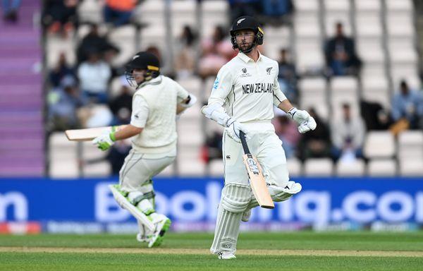 लाथम और कॉनवे ने पहले विकेट के लिए 70 रन की पार्टनरशिप की। लाथम 30 रन बनाकर आउट हुए।
