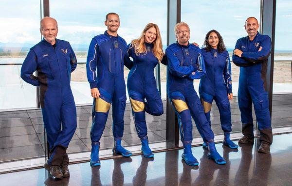 रिचर्ड ब्रैन्सन, सिरिशा और इस फ्लाइट में उड़ान भरने वाले सभी छह सदस्य।