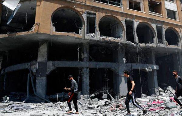 इजरायली हवाई हमले के बाद इमारत में केवल खाली खंभे रह गए हैं।  इजरायल ने गाजा पट्टी पर 600 हवाई हमले किए हैं